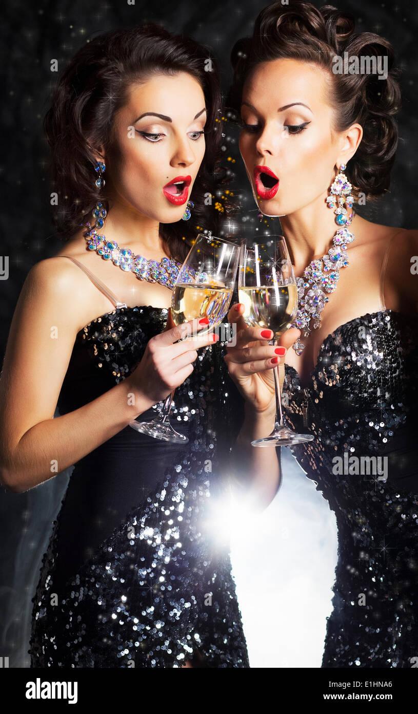 Paar fröhliche Frauen Toasten bei party mit Weingläser - Feier Stockbild