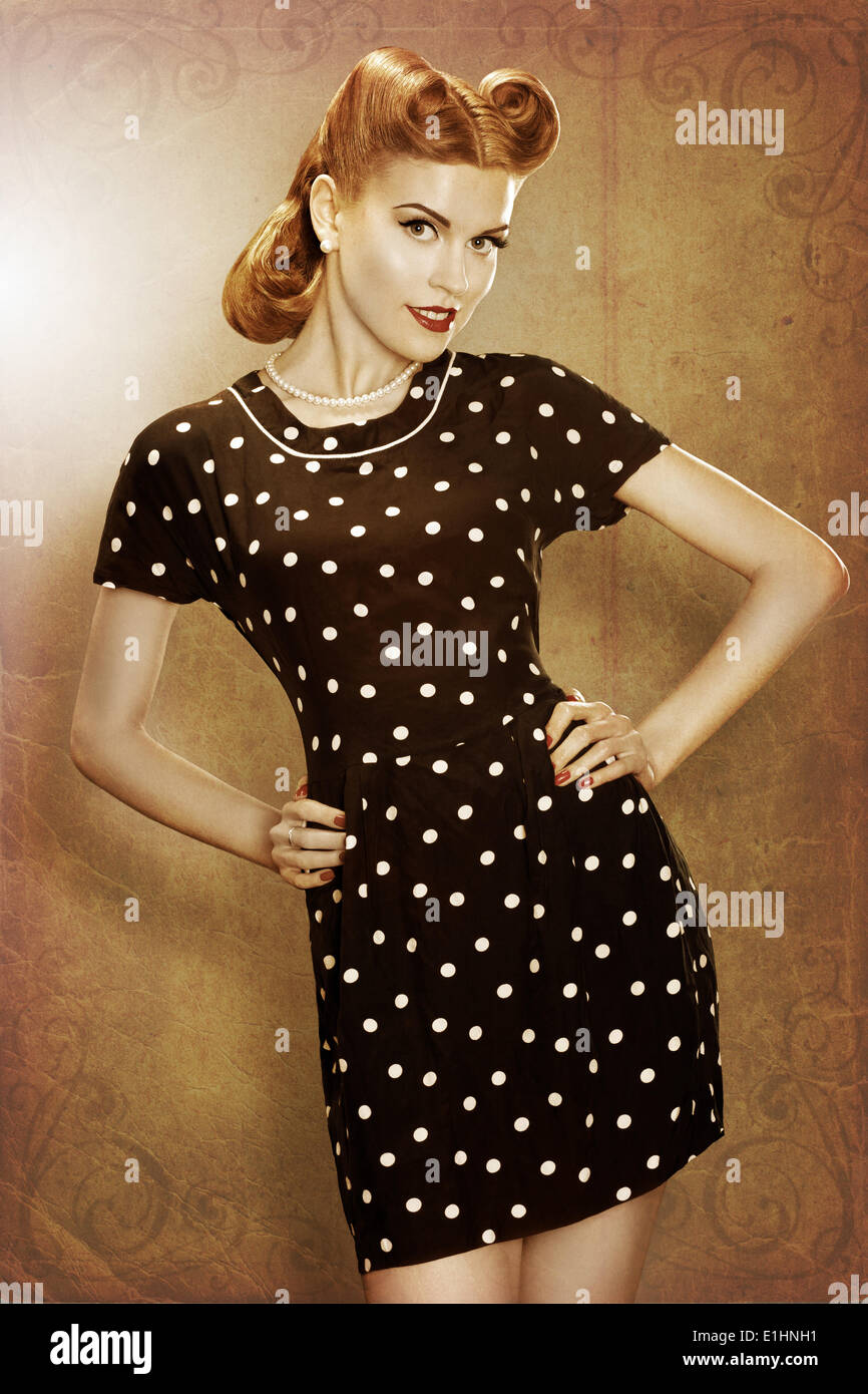 Pin-up-Girl in klassischer Mode Kleid Polka Dots posieren - Grunge Stockbild