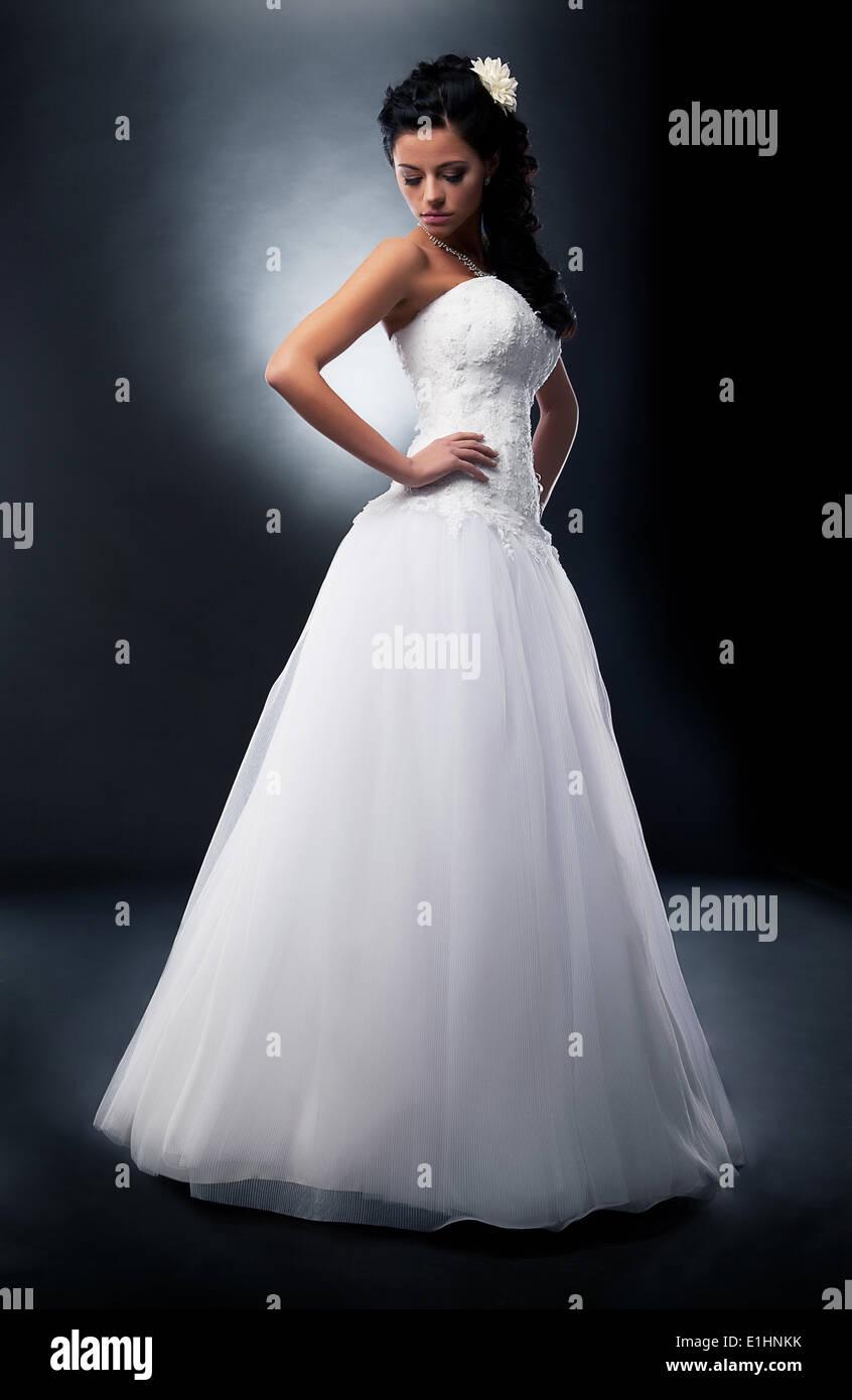 Eine schöne Verlobte in ehelichen weißes Kleid posiert im Studio - Serie von Fotos Stockbild