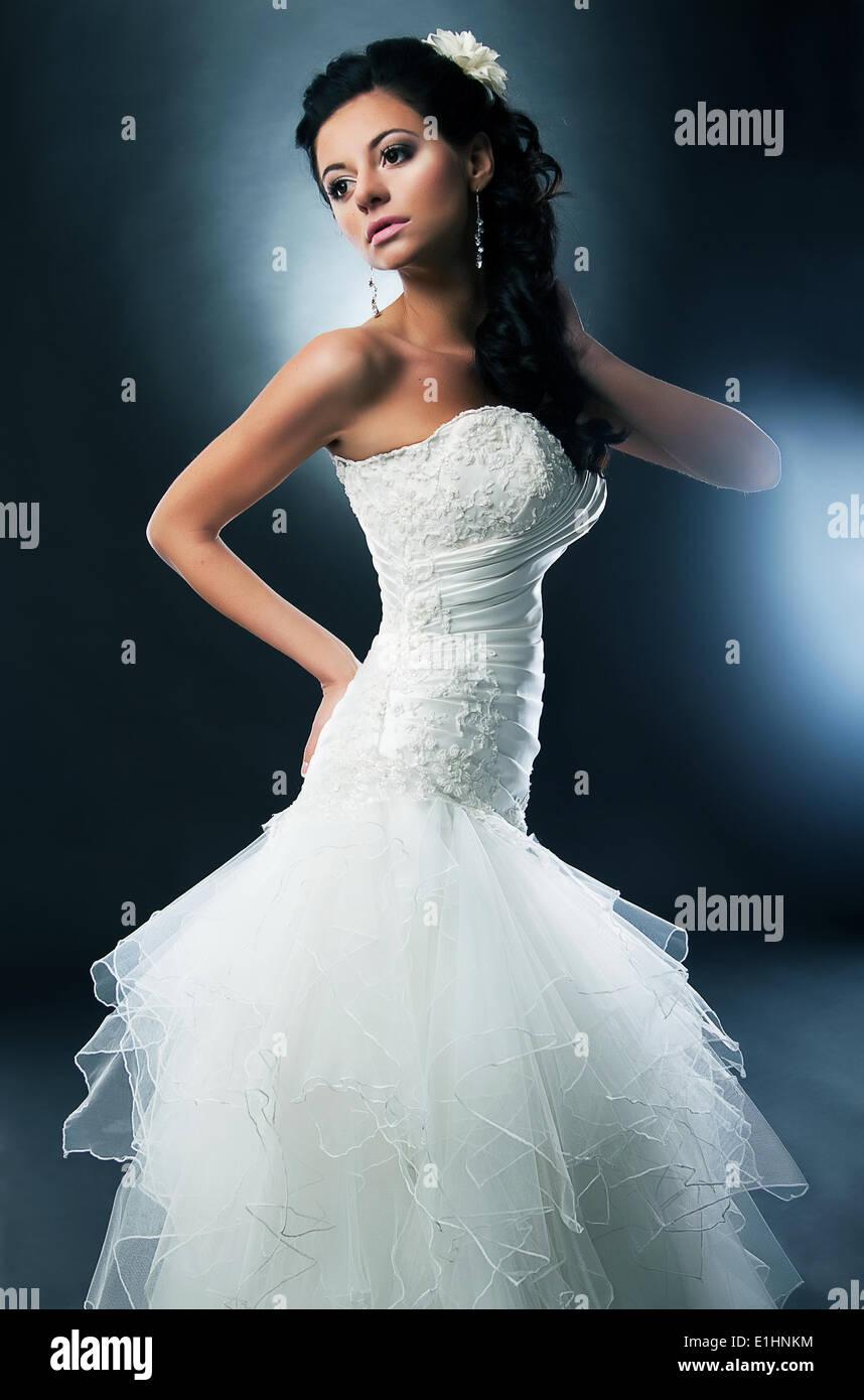 Brünette Braut auf einem schwarzen Hintergrund-Serie von Fotos. Studio gedreht Stockbild