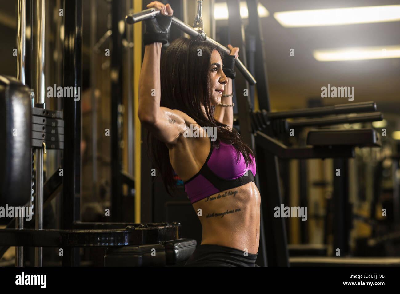 Mitte Erwachsene Frau im Fitnessstudio Brust Übung Stockbild