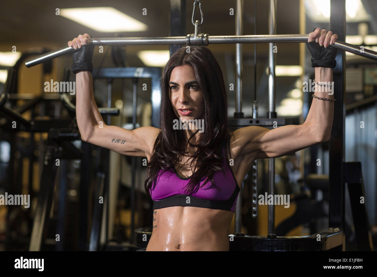 Mitte Erwachsene Frau mit bar im Fitness-Studio für Brust-Übung Stockbild