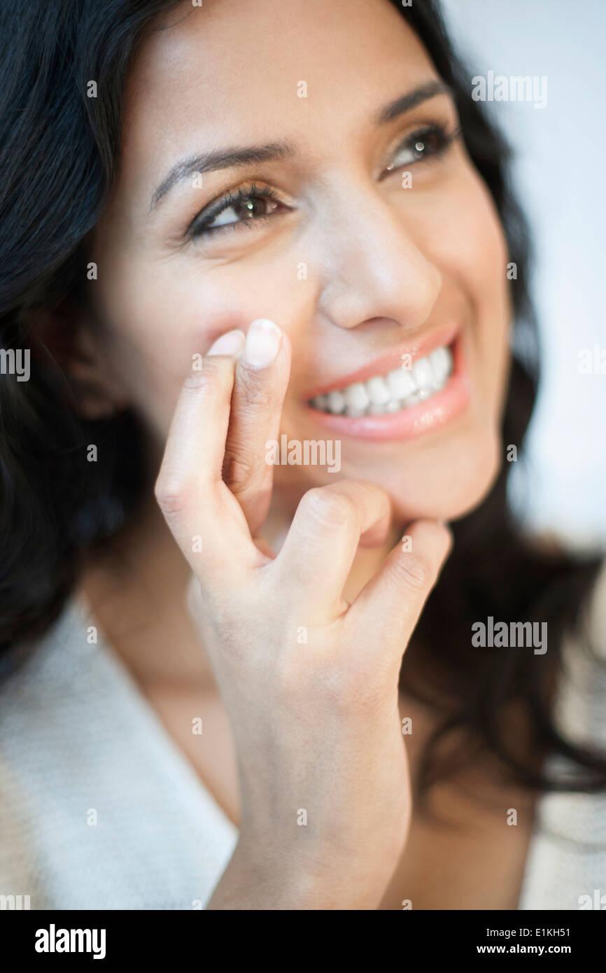MODEL Release Porträt einer Frau mit ihren Fingern gekreuzt. Stockbild