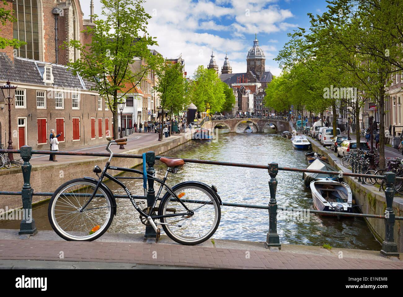 fahrrad in amsterdam street holland niederlande stockfoto. Black Bedroom Furniture Sets. Home Design Ideas