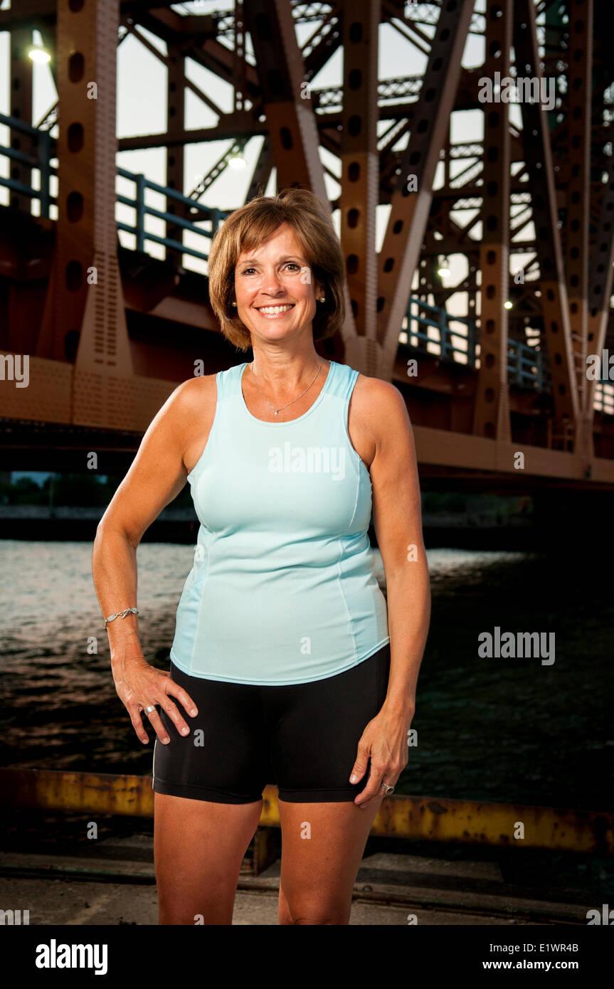 Attraktive Frau in ihrem 50 in Sportbekleidung. Stockbild