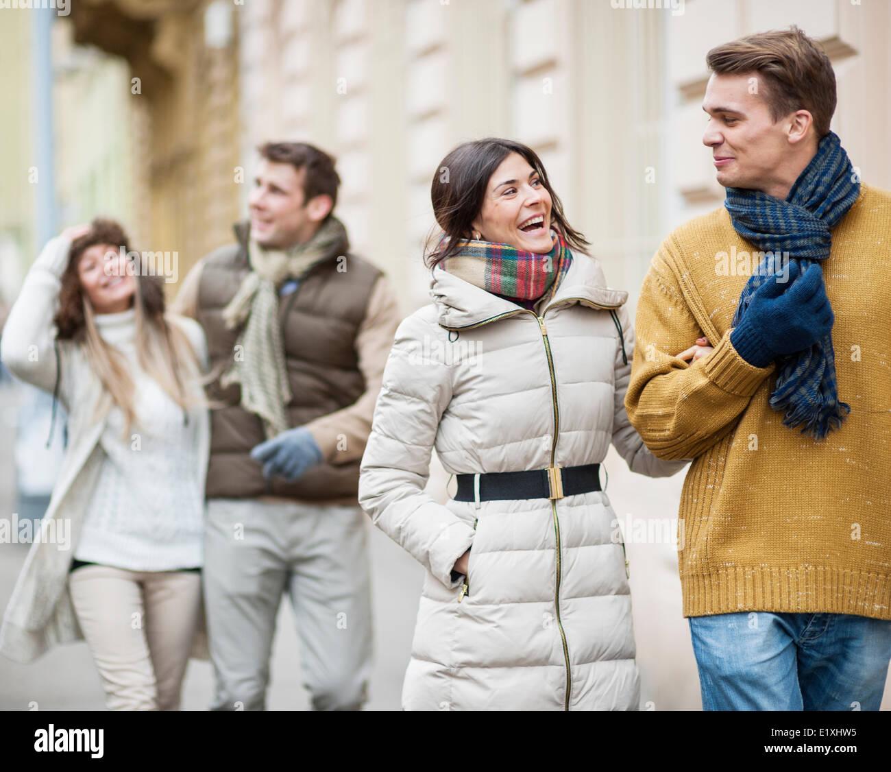 Glückliche Paare in warme Kleidung Urlaub genießen Stockbild