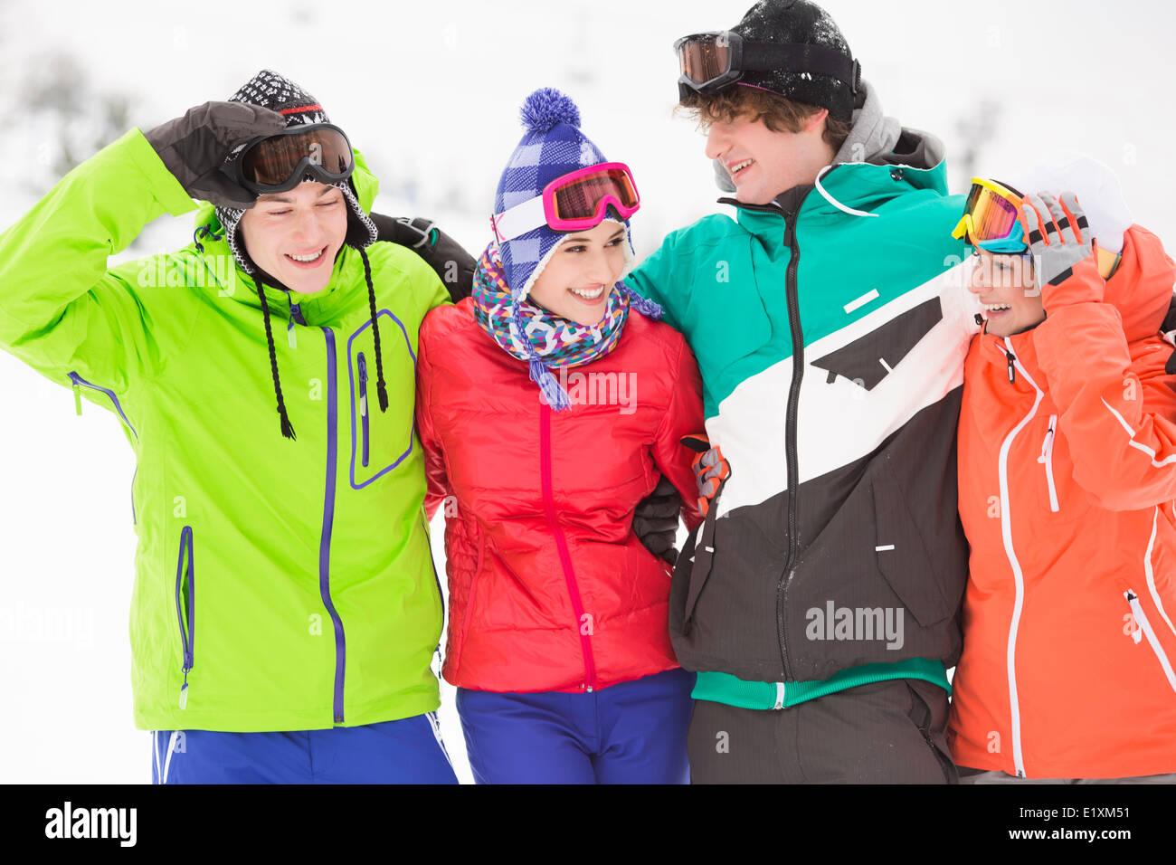 Porträt der jungen Freunde in warme Kleidung im freien Stockbild