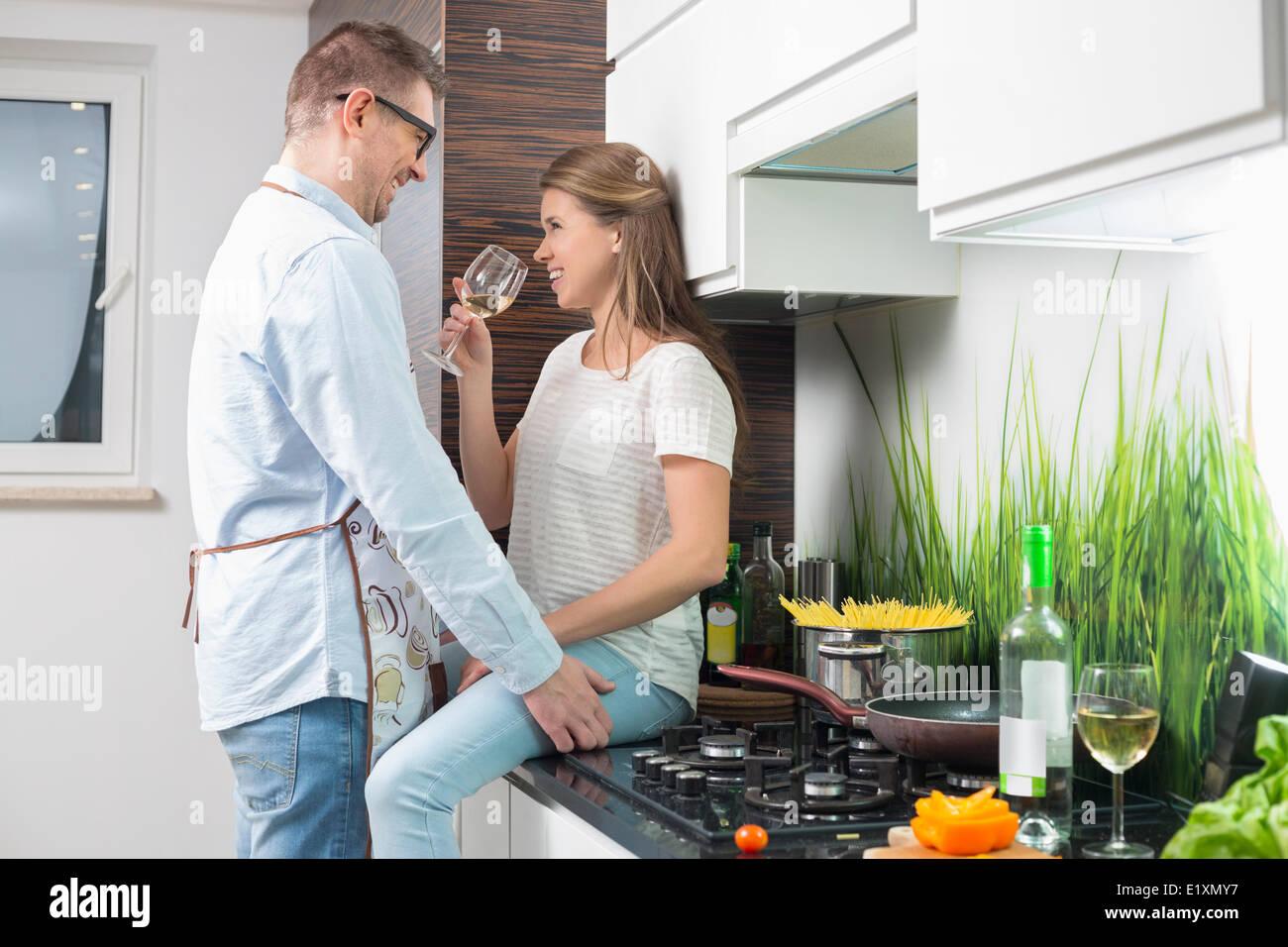 Romantisch zu zweit in Küche Stockbild
