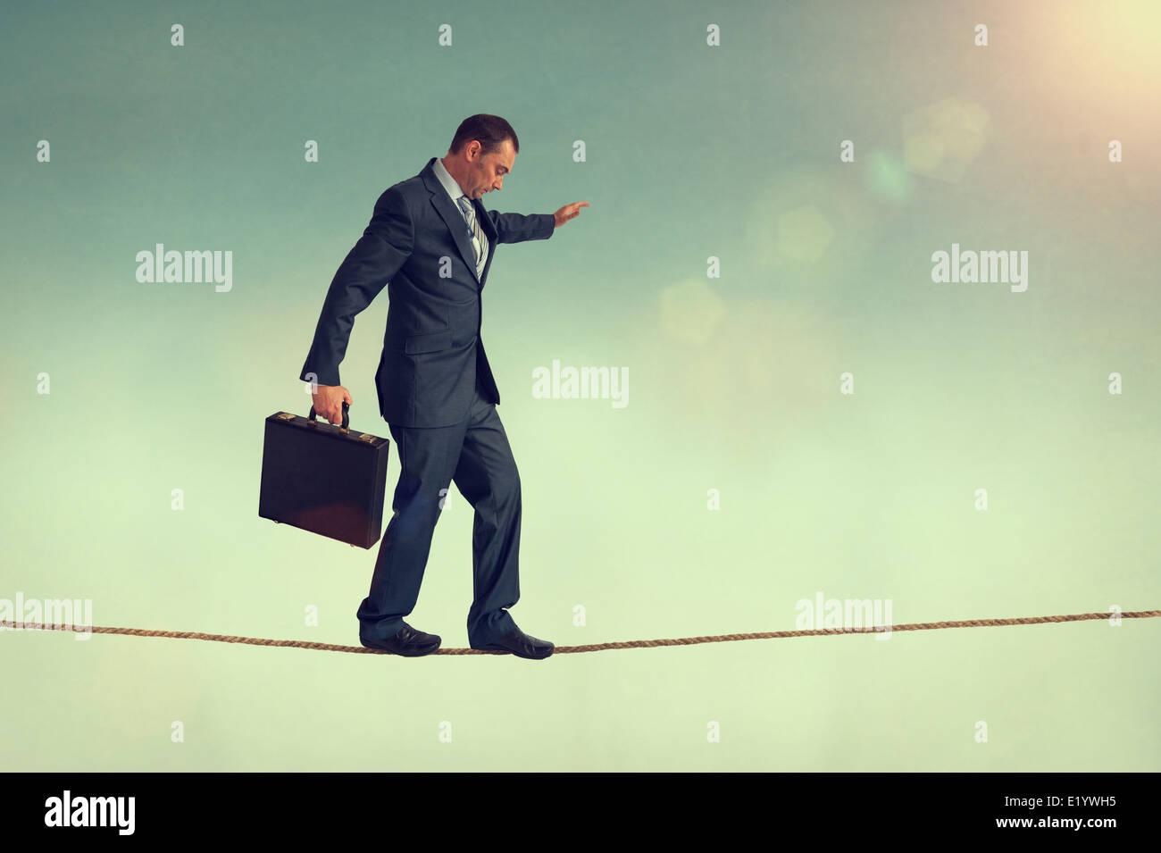 mutige Unternehmer balancieren auf einem Drahtseil oder highwire Stockbild
