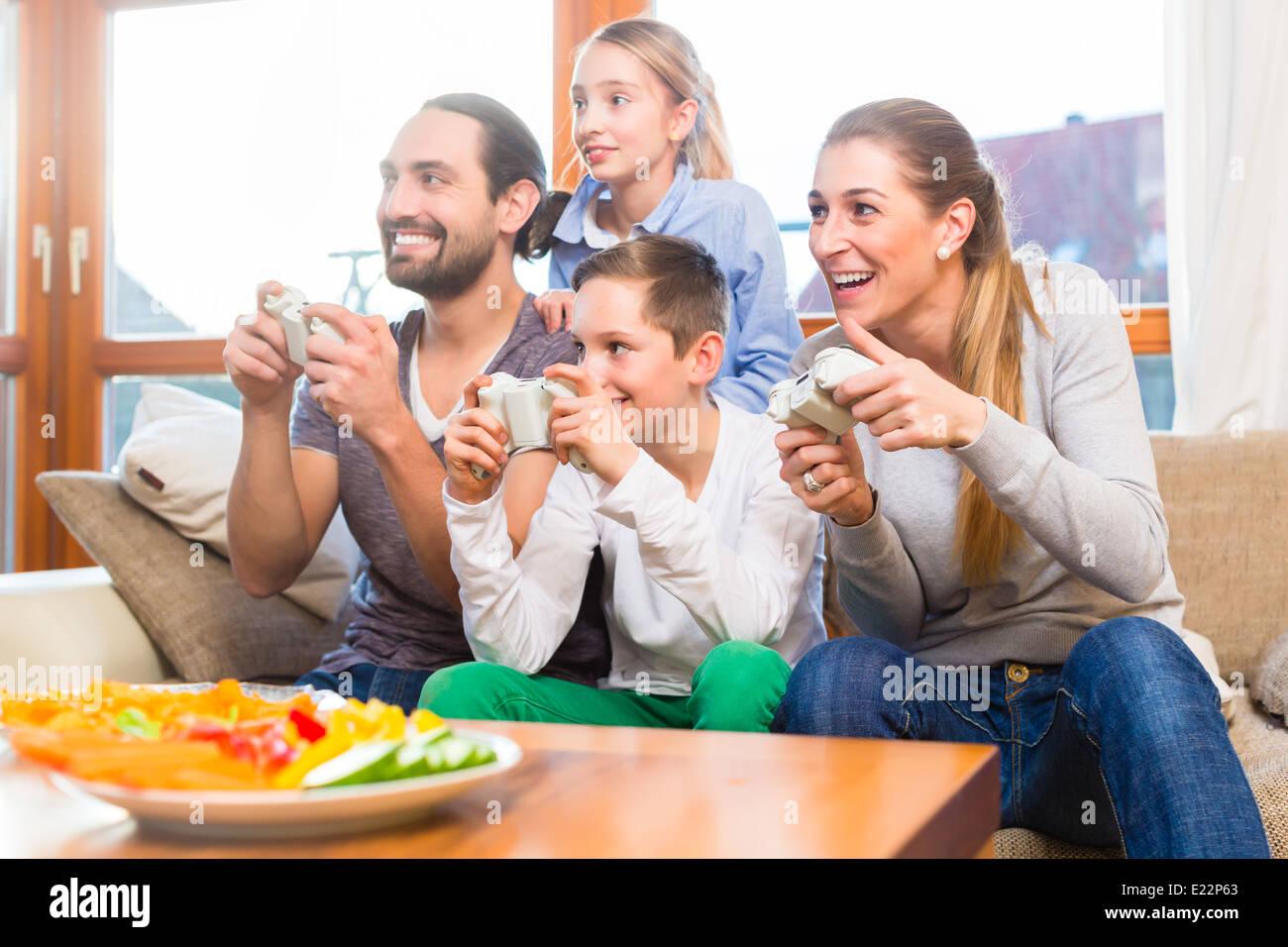 Familie Freizeit zusammen und spielen mit Videospiel-Konsole Stockbild