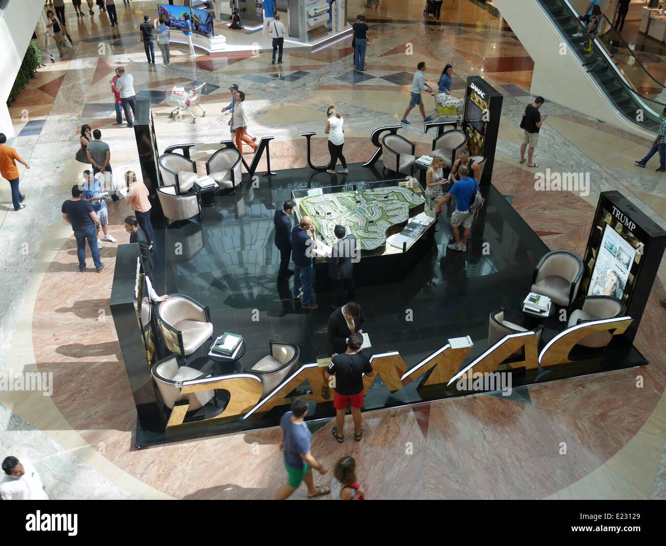 Einkaufszentrum Mall of Emirates Dubai, Trump Damac Förderung für Trump Estates Stockbild