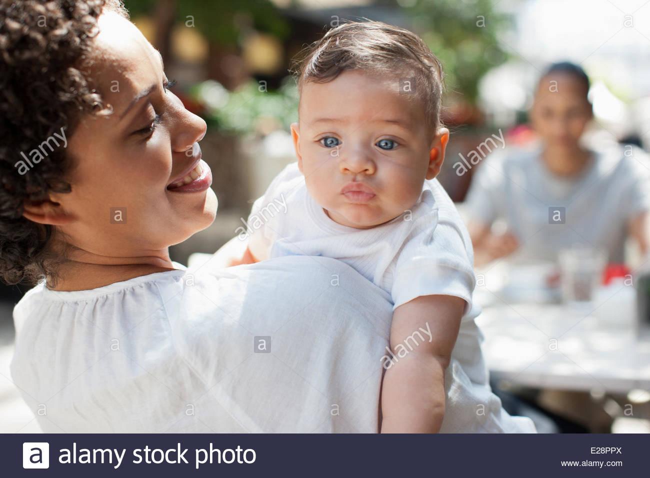 Mutter, Sohn und Freund im Café im freien Stockfoto