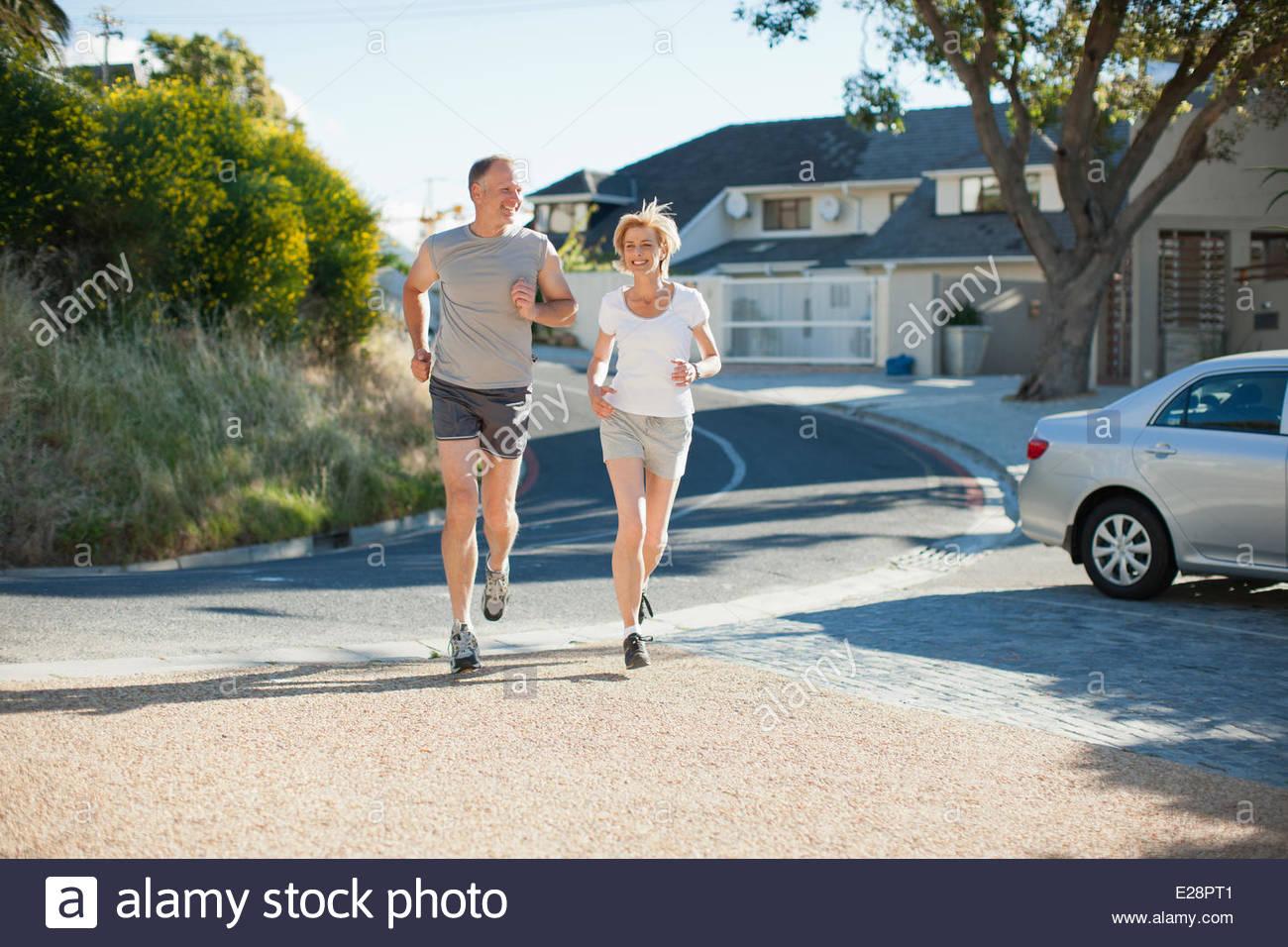Paar in Nachbarschaft zum Joggen Stockbild
