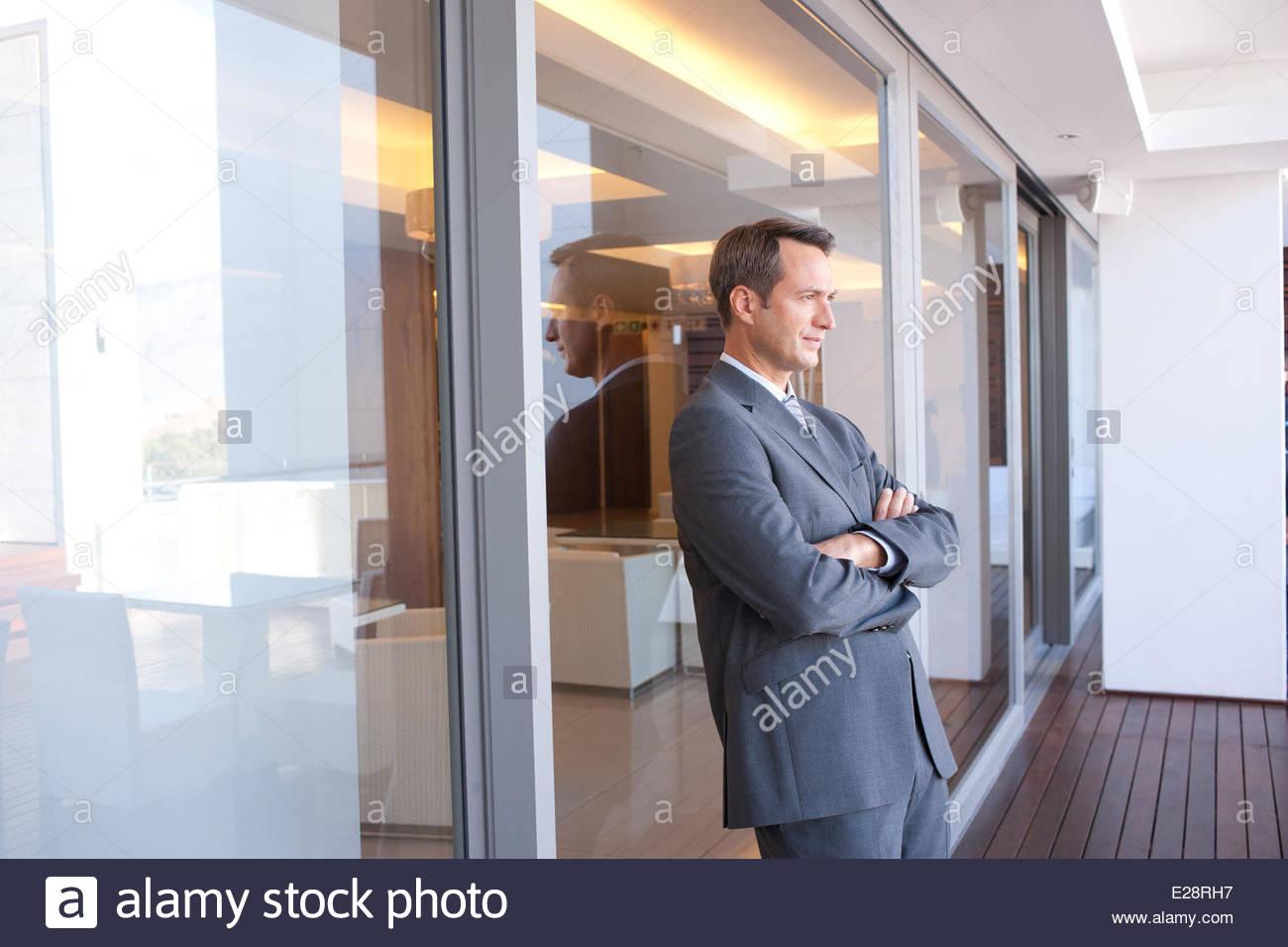 Geschäftsmann in Hotellobby mit Arm geschlossen Stockbild