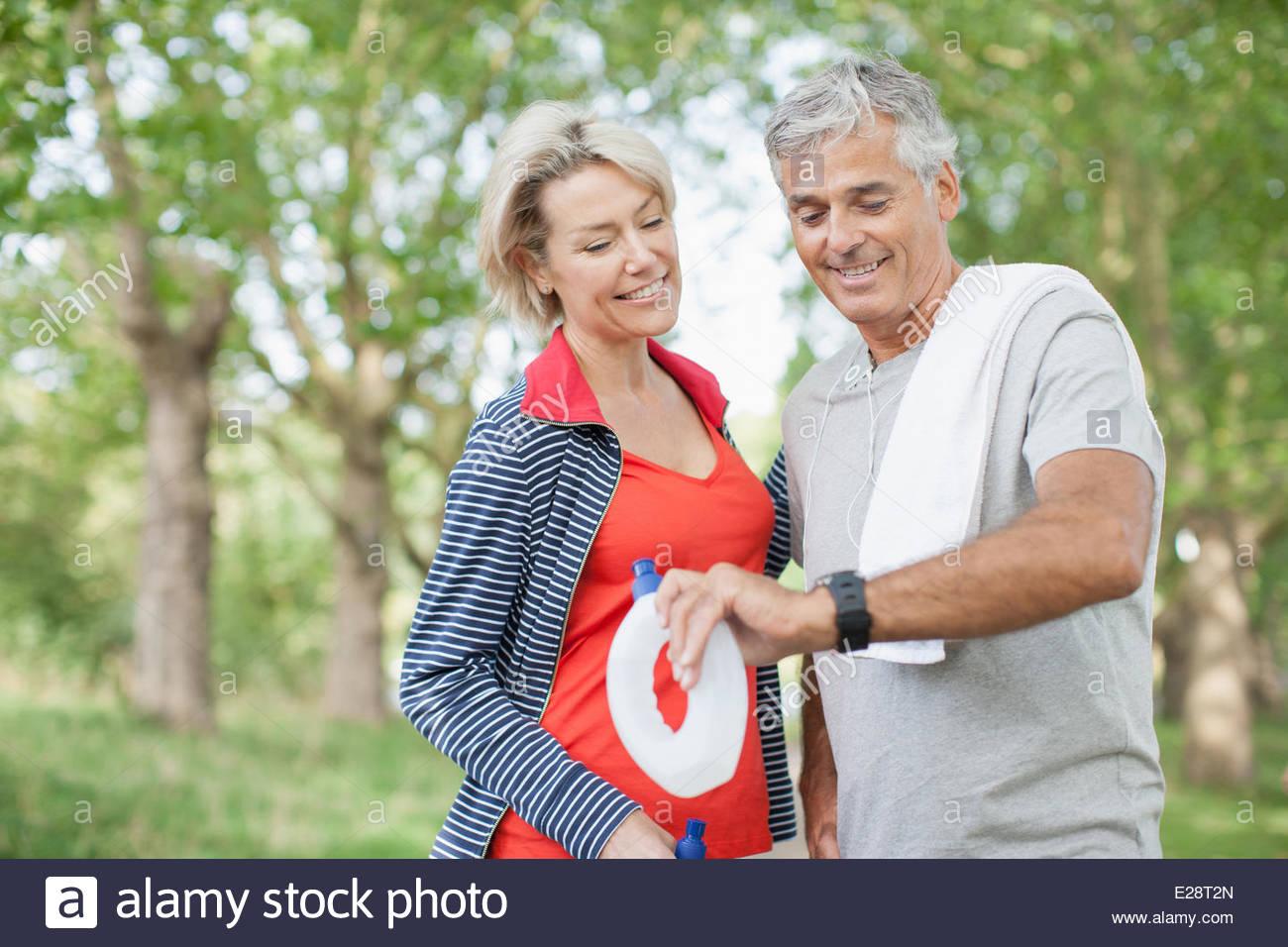Paar halten Wasser Flaschen zusammen trainieren Stockbild