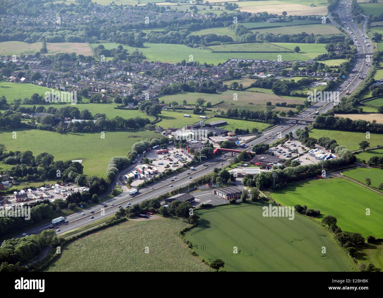 Luftaufnahme des Roadchef Raststätten an der Autobahn M6 am Sandbach, Cheshire, UK Stockbild