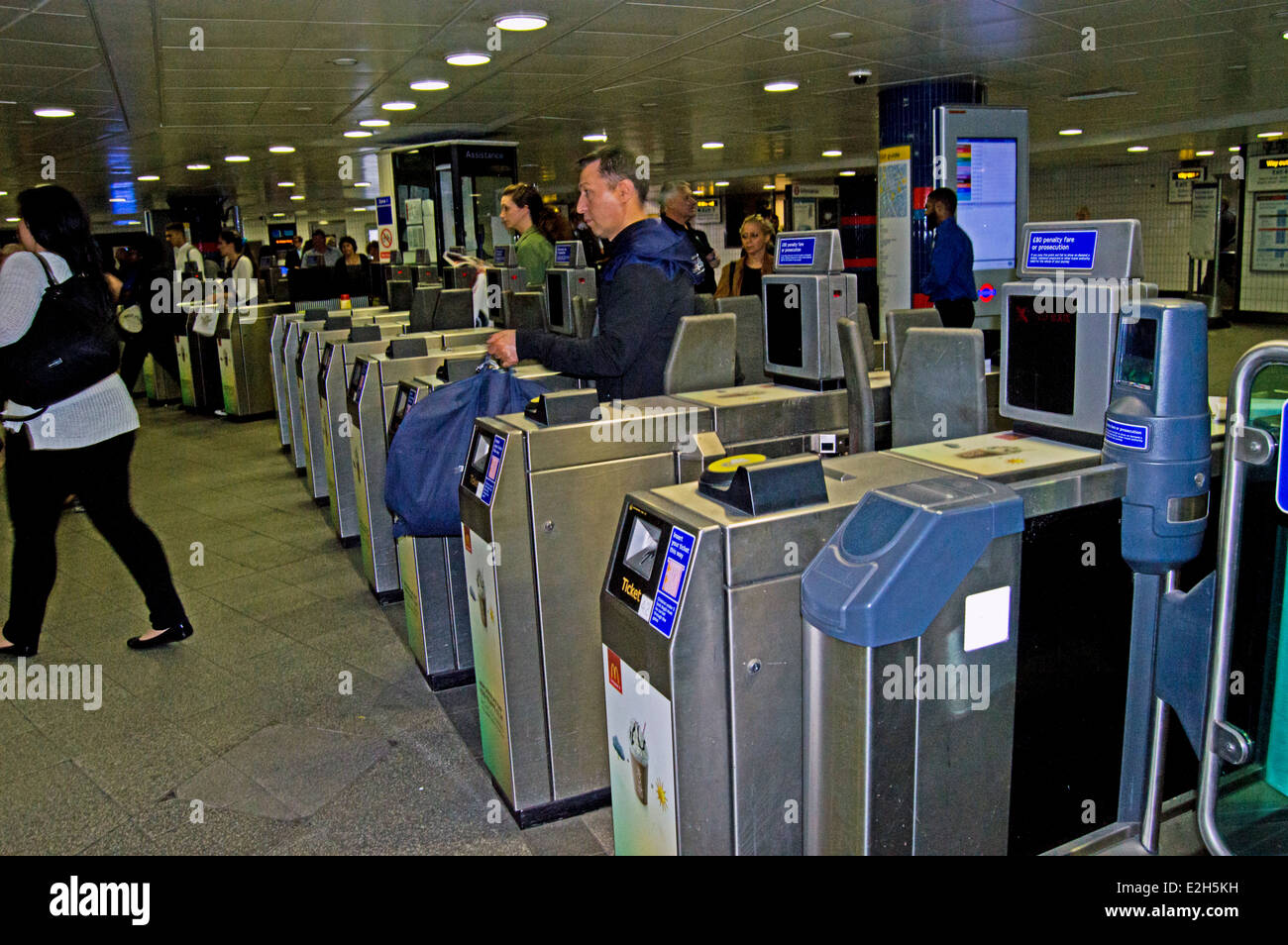 ticket barriers train station stockfotos ticket barriers. Black Bedroom Furniture Sets. Home Design Ideas
