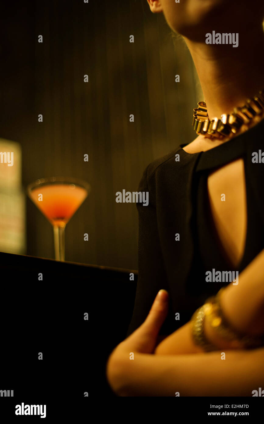 Frau sitzt allein an Night Clubbar Stockbild