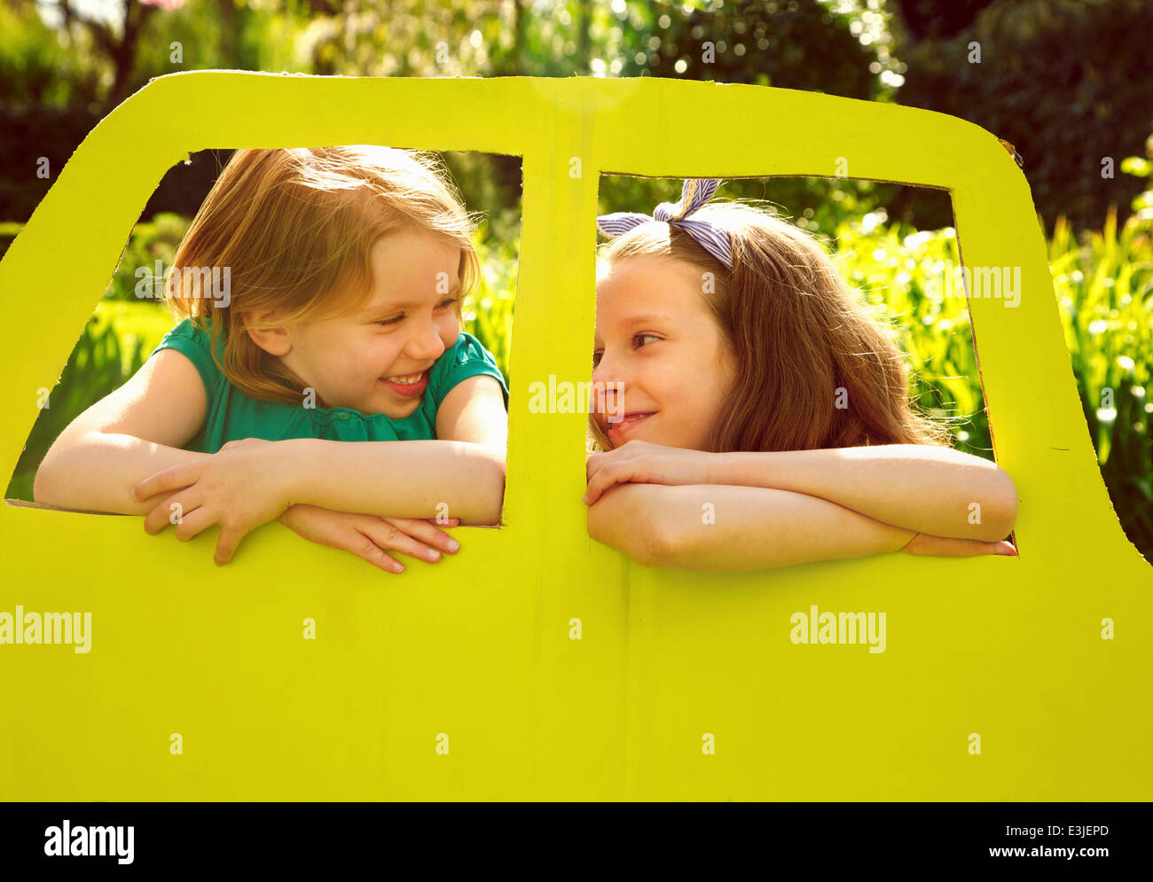 Junge Mädchen aus Pappe Autofenster gelehnt Stockbild
