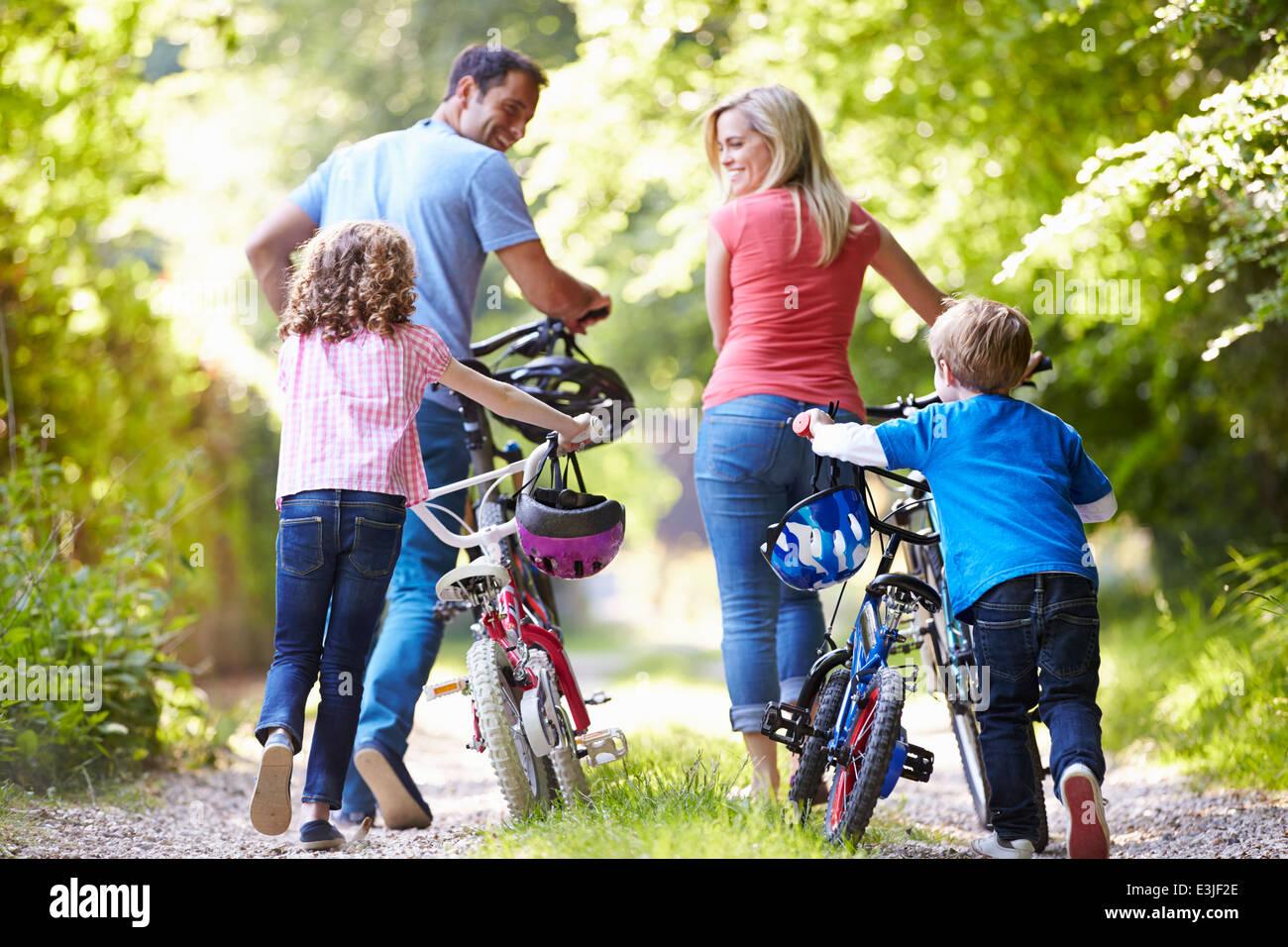 Familie schieben Räder auf Land-Strecke Stockbild