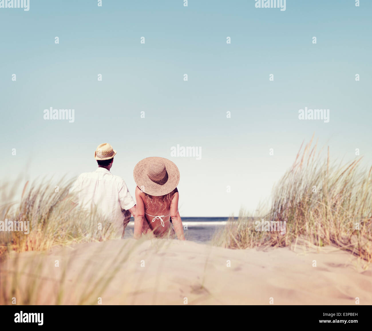 Paar sitzen und den Blick auf den Strand schauen Stockbild