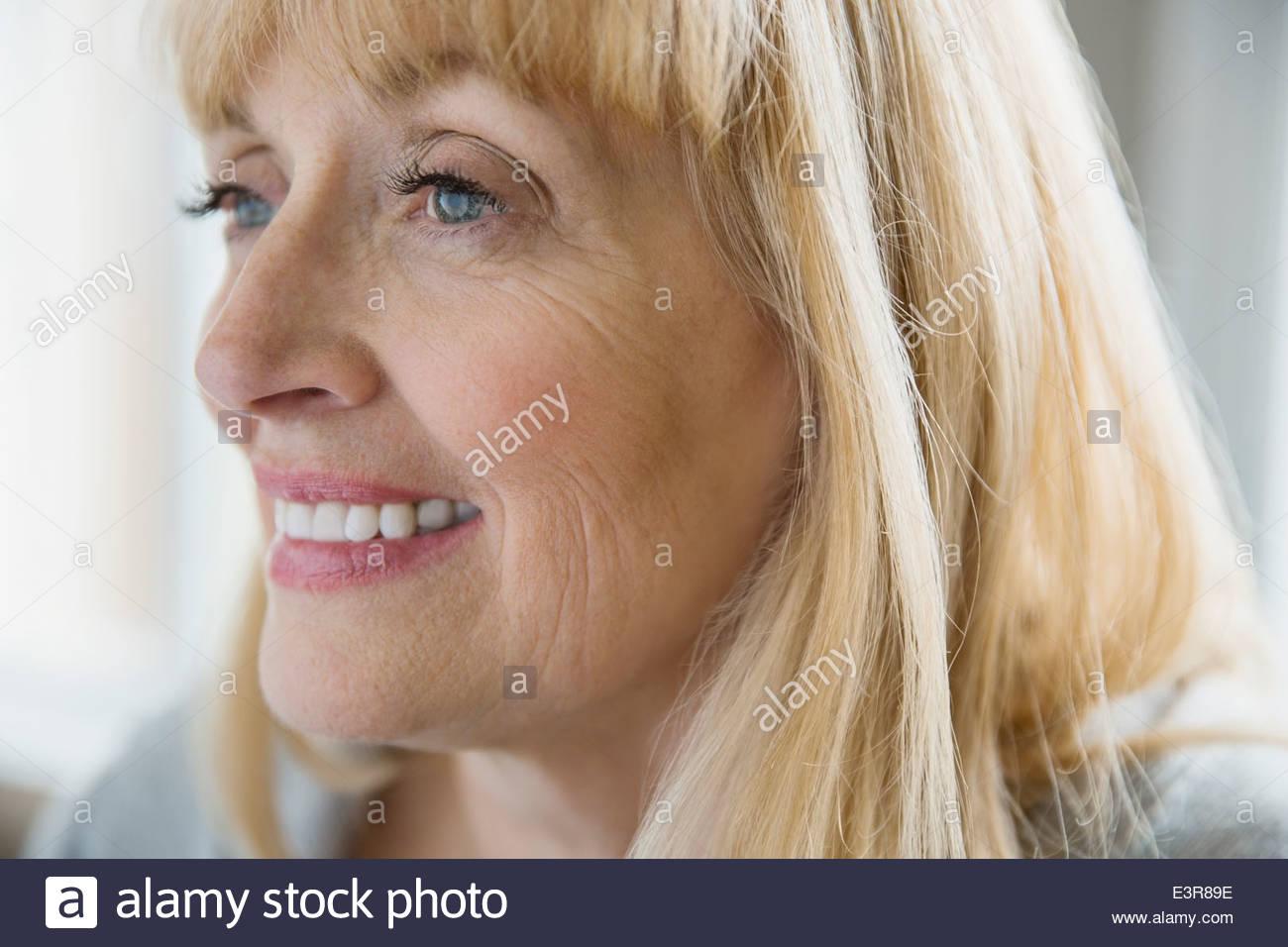 Nahaufnahme der lächelnde Frau Stockbild