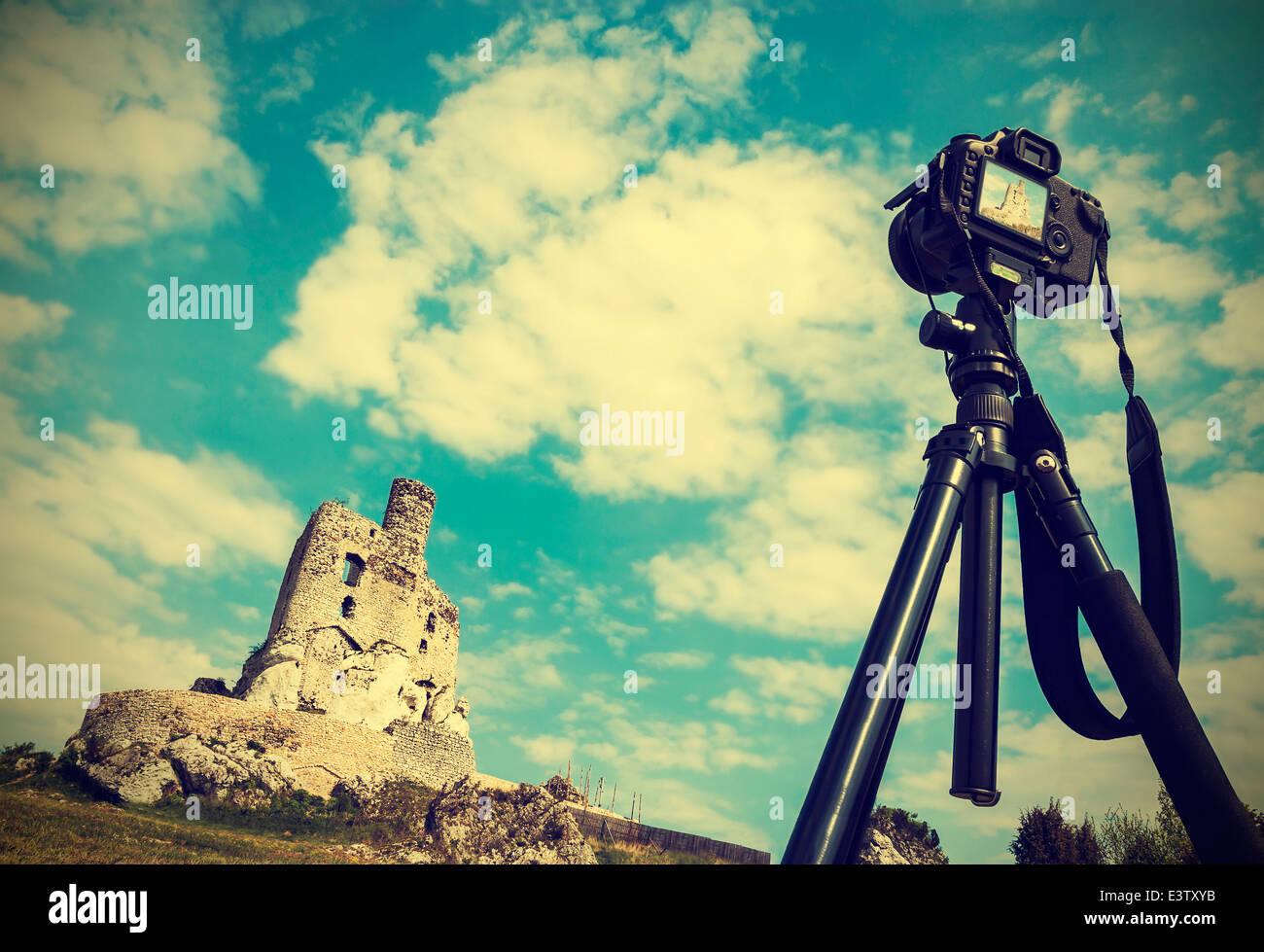 Kamera auf Stativ mit Sommerlandschaft mit Ruinen, Vintage-retro-Stil. Stockbild