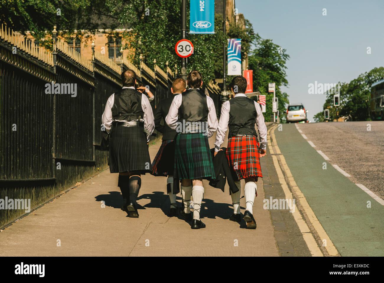 Eine Gruppe von jungen schottischen Studenten Kilt Kleid zu Glasgow University für Staffelung Tag, Glasgow, Stockbild