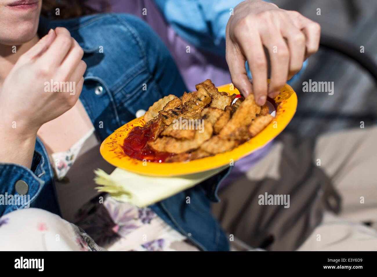 Nahaufnahme eines Paares Essen Chips beschnitten Stockbild