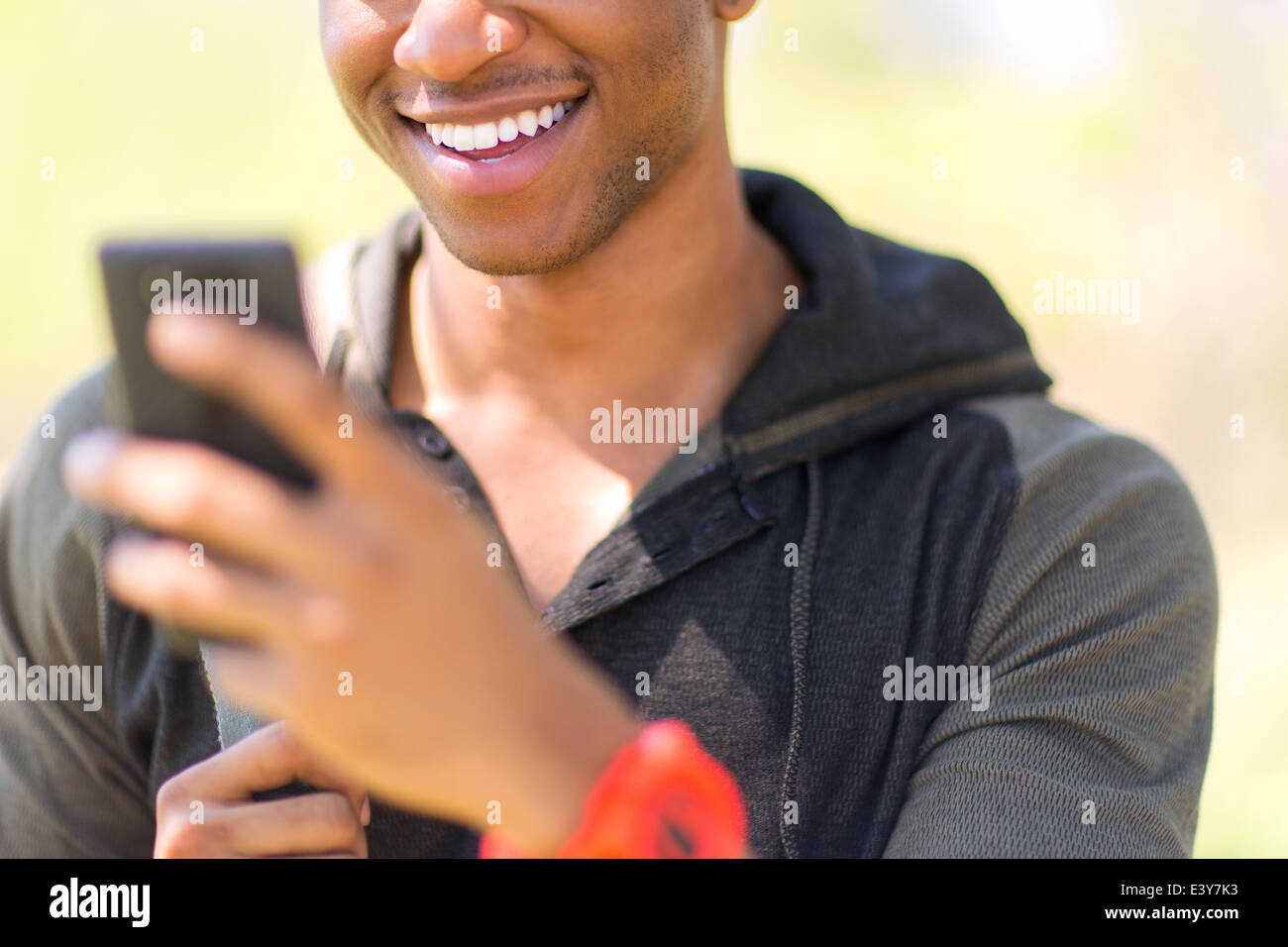 Nahaufnahme von jungen männlichen Wanderer Smartphone betrachten Stockbild