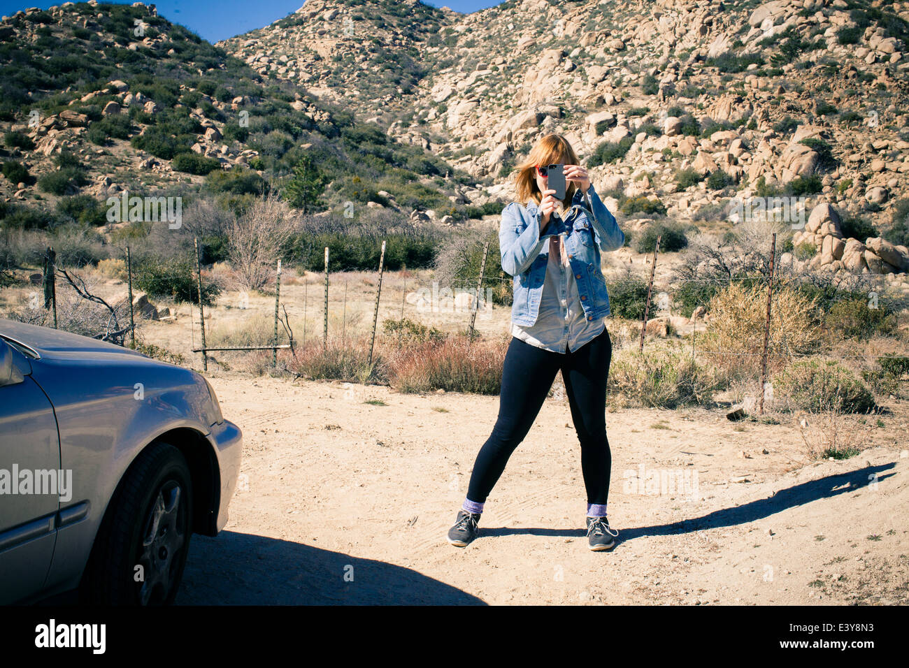 Porträt von Mitte Erwachsene Frau auf Feldweg nehmen Foto auf smartphone Stockbild