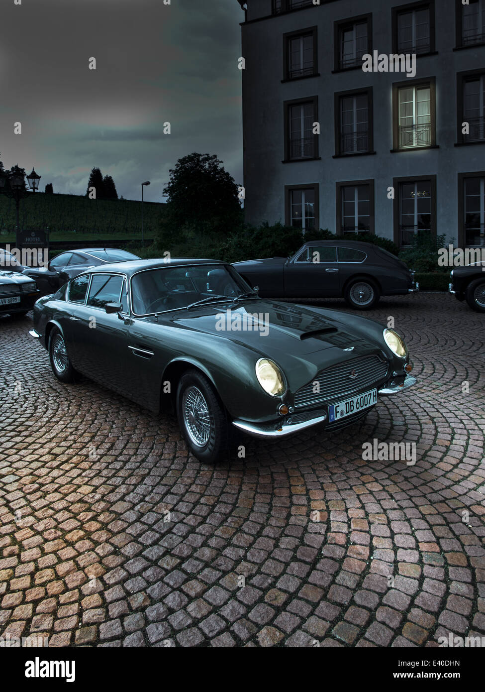Aston Martin DB 6 Parken mit beleuchteten Scheinwerfern Stockbild