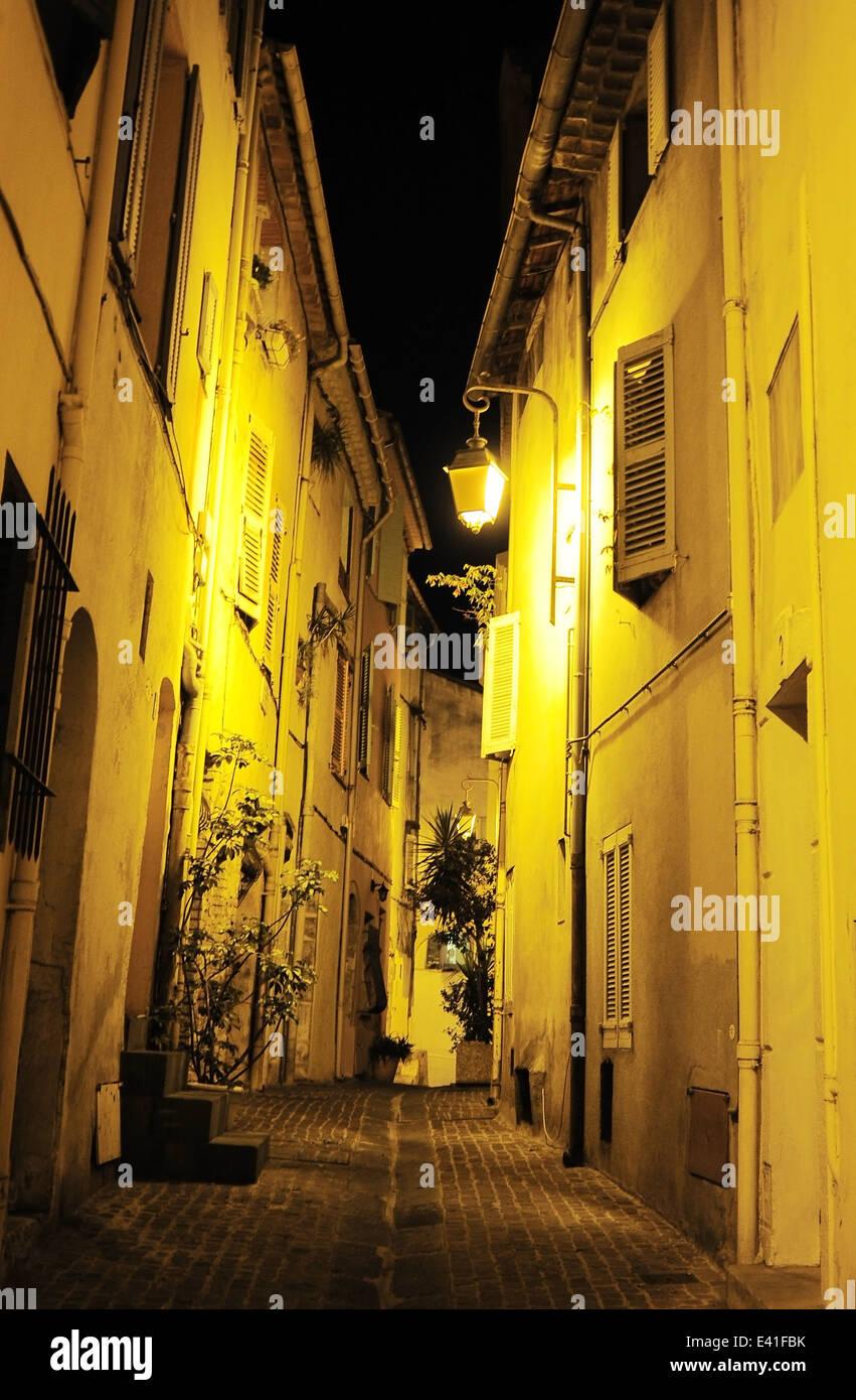 Blick auf eine alte Straße der Stadt von Cannes in der Nacht. Frankreich Stockbild