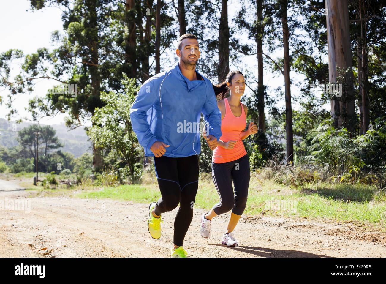 Junges Paar Joggen im Wald Stockbild