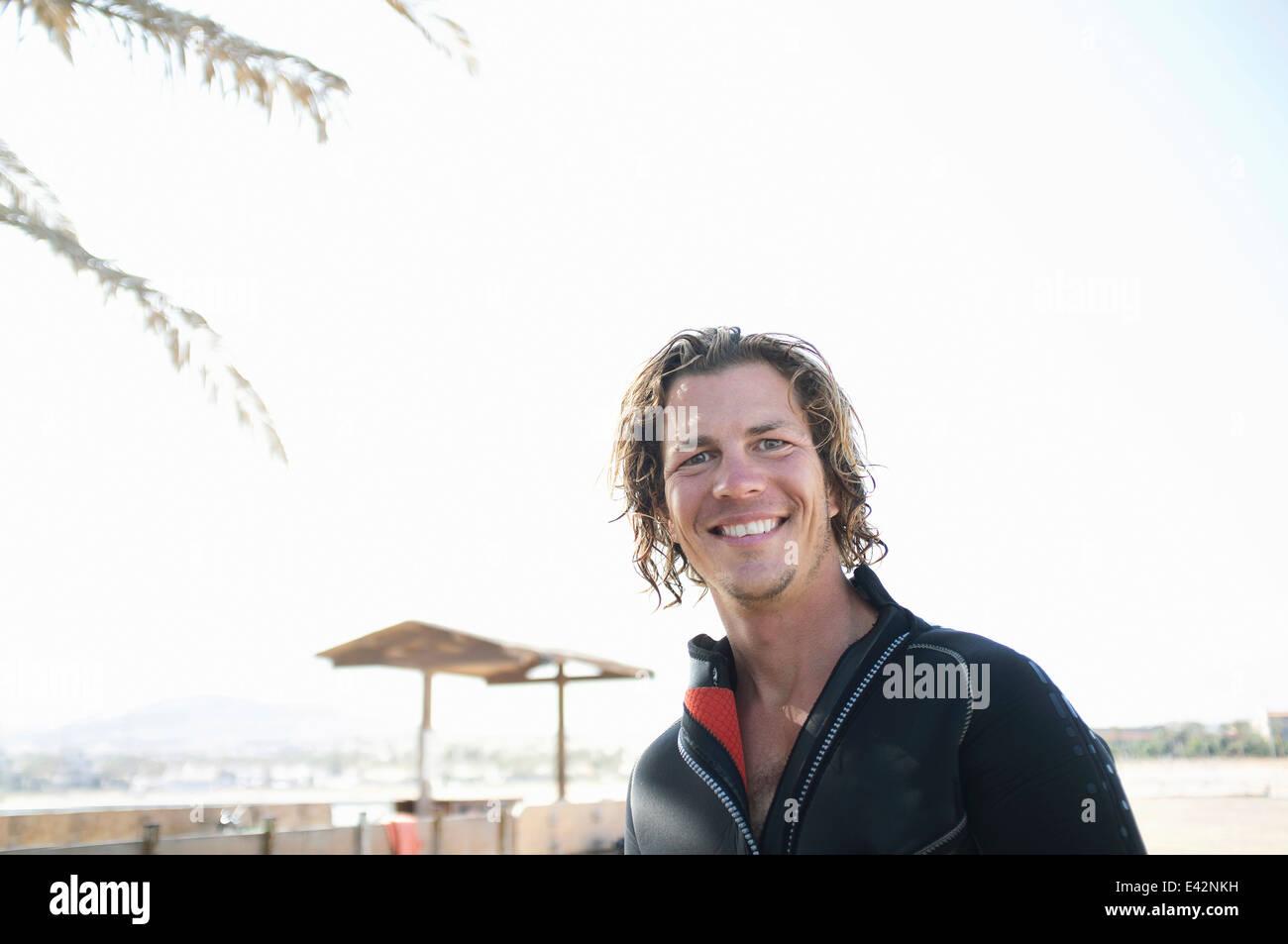 Porträt der Mitte erwachsenen männlichen Scuba Diver am Strand Stockbild