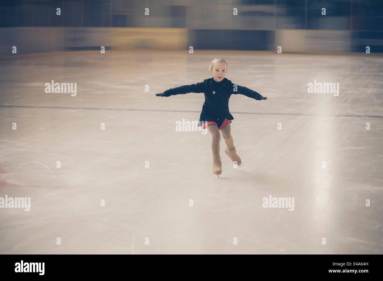 Junge weibliche Abbildung Skater Eisbahn im Wettbewerb weiter Stockbild