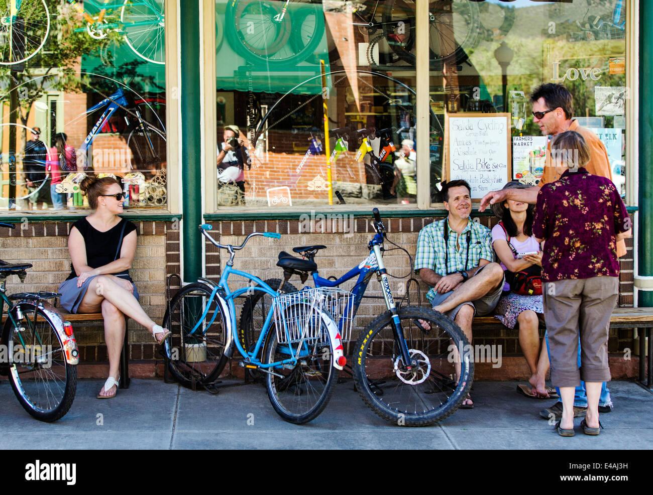 Besucher genießen Essen & Getränk im Café Strömungen während der jährlichen Kleinstadt Stockbild