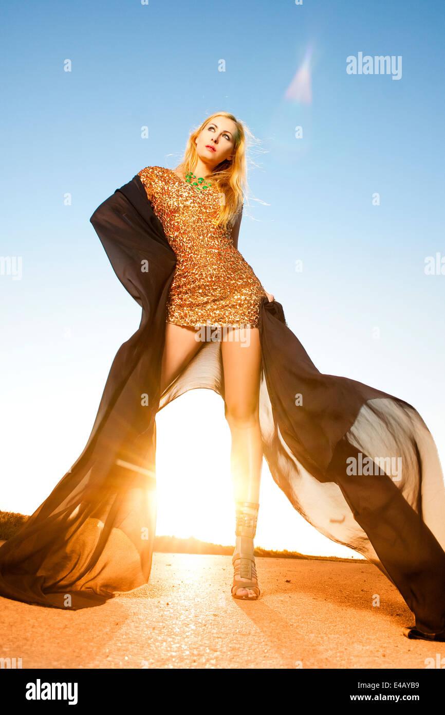 Schöne Frau, die im Sonnenlicht tanzen Stockbild