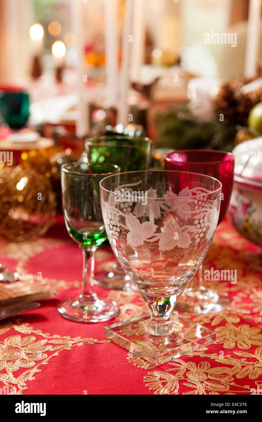 Gläser auf Weihnachtstisch Stockbild