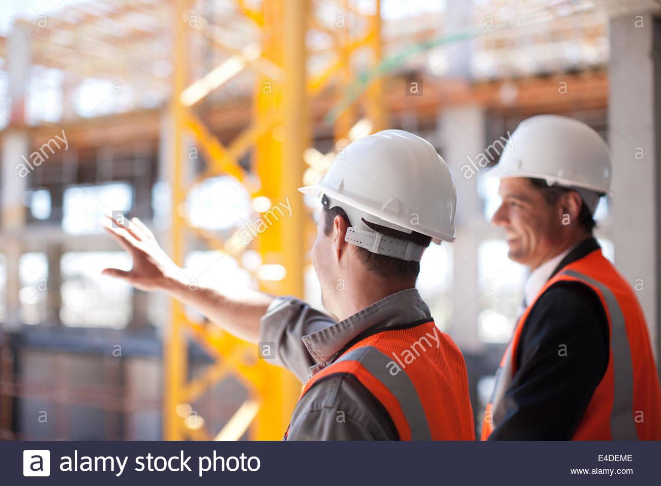 Bauarbeiter arbeiten auf der Baustelle Stockbild
