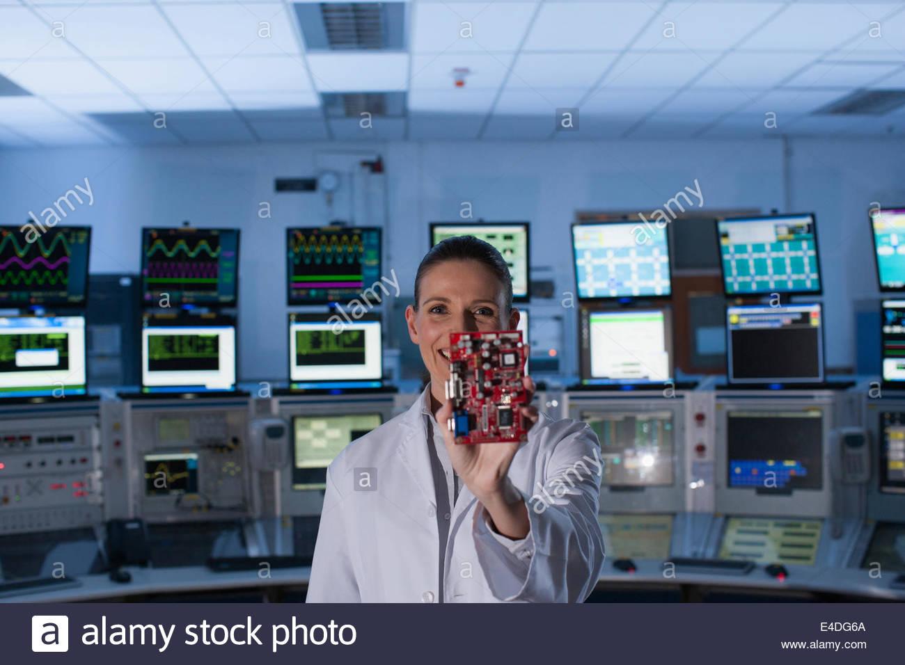 Wissenschaftler im Kontrollraum mit Platine Stockbild