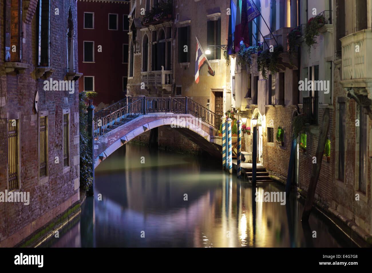 Venedig-Brücke und Kanal in der Nacht Stockbild