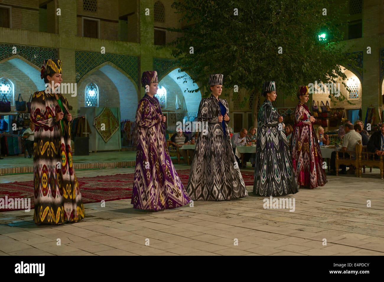 Abendveranstaltung mit lokalen Speisen und tanzen, Nadir Divan-Beghi Medresse, Buchara, Usbekistan Stockbild