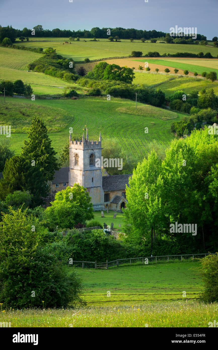 Blick über 15. Jahrhundert St. Andreas Kirche, Naunton, Gloucestershire, England Stockbild