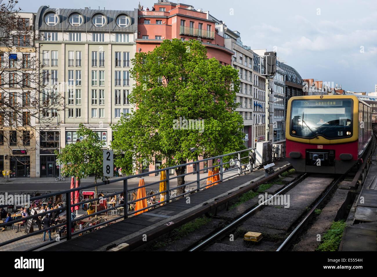 S-Bahn am Hackeschen Markt, Berlin, Deutschland Stockbild