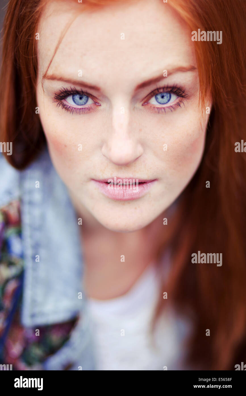 Porträt der jungen Frau, Blick in die Kamera Stockbild