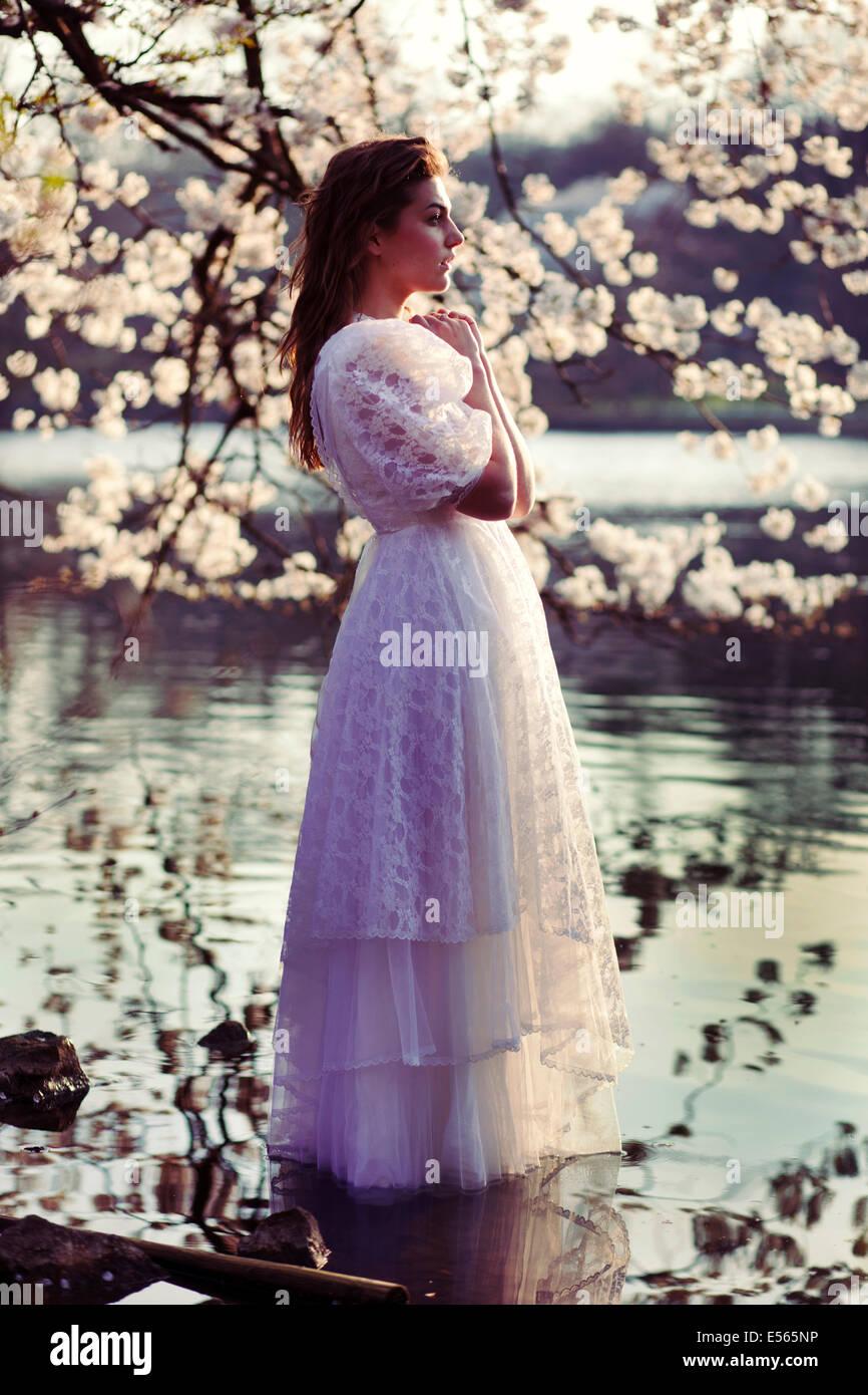 Porträt einer jungen Frau mit Kirschblüten Stockbild