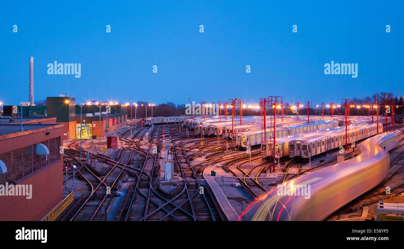 Die Greenwood U-Bahn Yards gesehen in der Dämmerung mit einem Zug ziehen in den Hof. Toronto, Ontario, Kanada. Stockbild