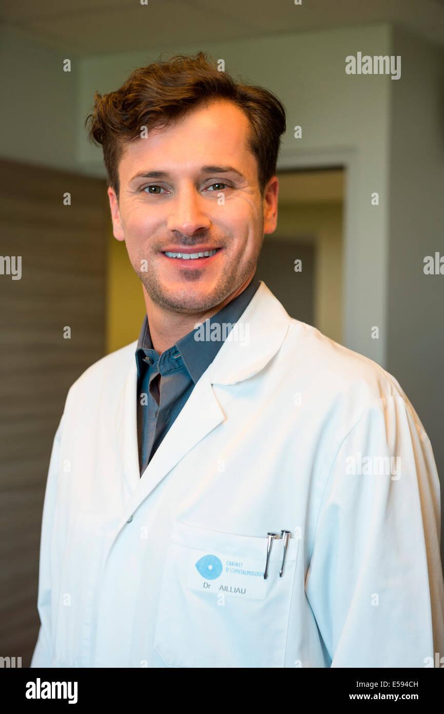Porträt von männlichen Arzt lächelnd Stockbild
