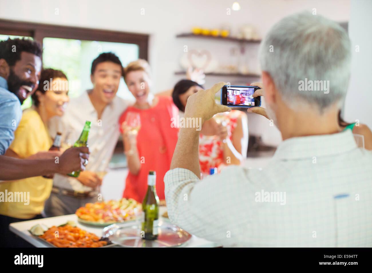 Freunde fotografieren zusammen auf party Stockbild